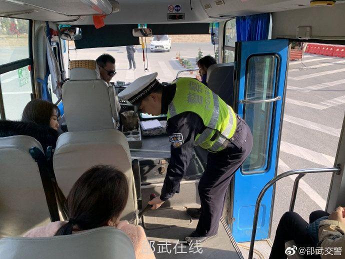 邵武公安交警開展客運車輛不系安全帶整治