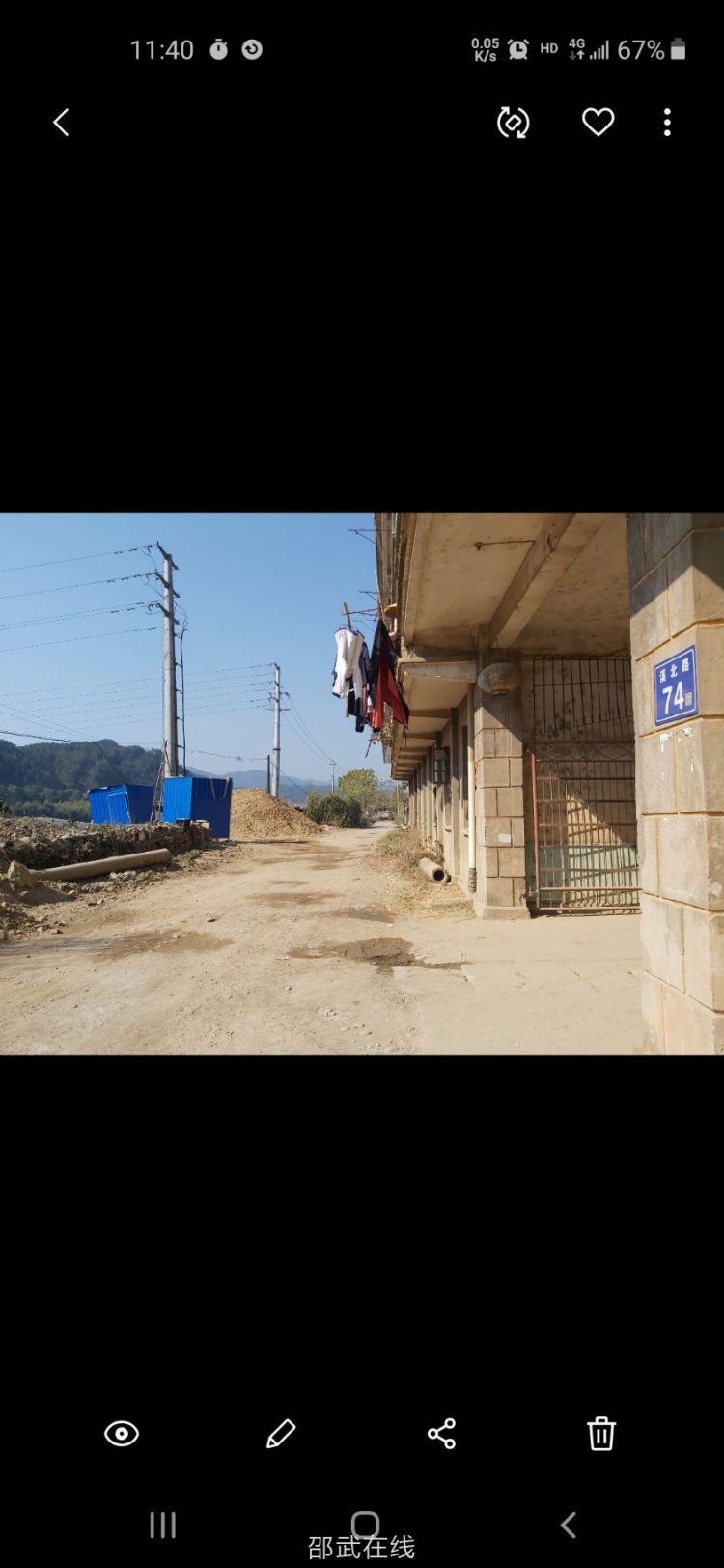 近一楼高的沙石料堆放在危楼墙根,妥吗
