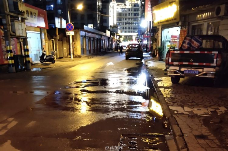 古城路城龙里路疑似地下水管破了
