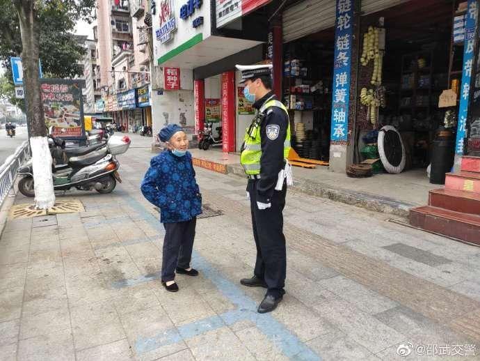 老人外出市區迷路 找到交警尋求幫助