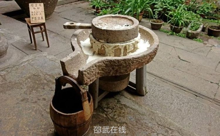 老石磨,非常细腻,或用来喝茶的摆件。