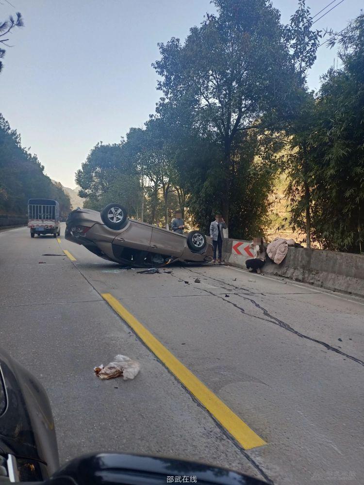 邵武到光泽路上,和顺桥附近,安全气囊都出来了,没有发现人员伤亡