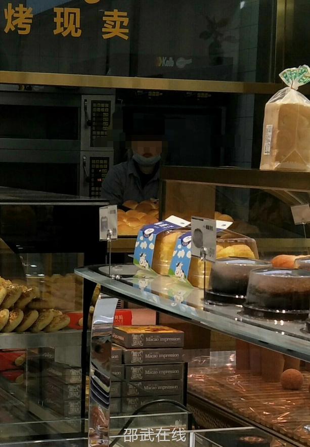 如今全国防疫,面包店服务员不用戴口罩吗?