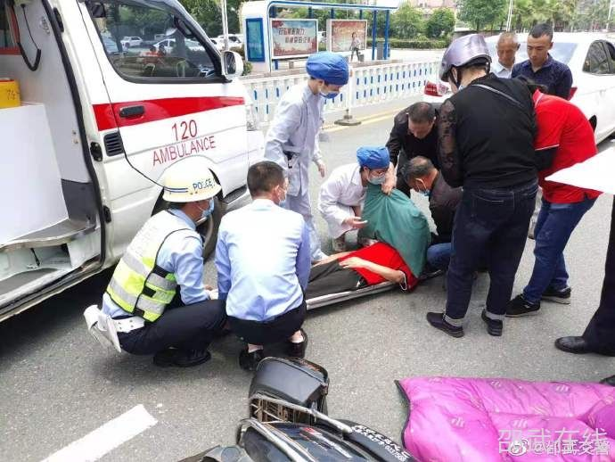 女子事故受伤倒地 交警及时伸手救援